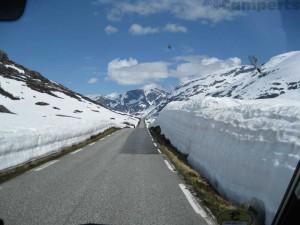 Sneeuwwallen langs de Gaularfjellet